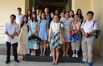 Universitarios de Nanchang con la vicerrectora.
