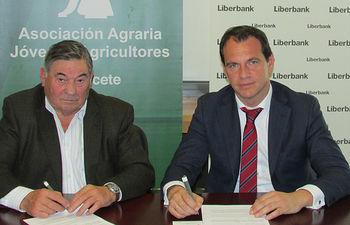 El convenio ha sido suscrito por el director territorial de Liberbank en Castilla-La Mancha, Carlos Martín-Forero y el presidente de ASAJA Albacete, José Pérez Cuenca.