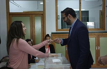 Sergio Gutiérrez ejerce su derecho al voto.