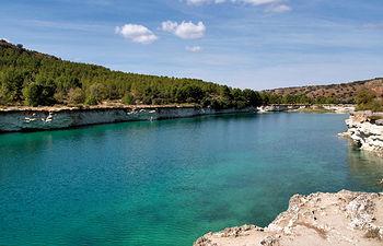 La hidrológica de Ruidera es un complejo sistema hídrico condicionado por la geología del Campo de Montiel.