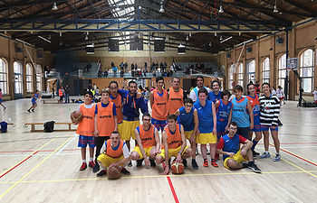 Participantes en una sesión de baloncesto inclusivo.  © La Fábrica de Valores-UCLM