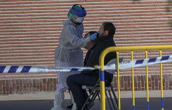 Coronavirus -Una sanitaria le realiza a un trabajador de servicios esenciales un test rápido de coronavirus. Firma: Jesús Hellín / Europa Press