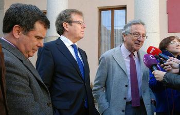 El rector con Rafael Moneo e Isidoro Miranda atendiendo a los periodistas.