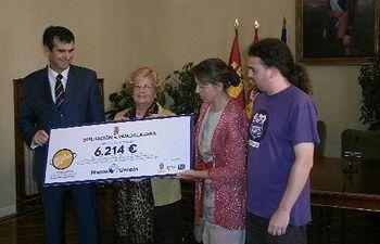 Momento de la entrega del cheque a Manos Unidas de la recaudación de la Paella Solidaria.