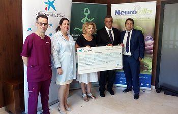 """La Asociación de Parkinson de Villarrobledo recibe un cheque de 5.000€ de Obra Social """"La Caixa""""."""