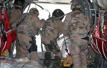 Momento de la entrega de la ayuda. Foto: Ministerio de Defensa.