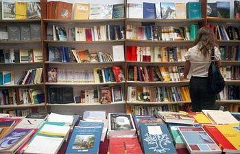 Foto de libros en estanteria y exposición (Foto:Archivo)