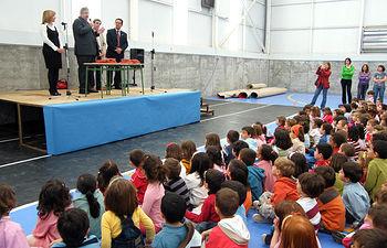"""El consejero de Educación y Ciencia, José Valverde, durante su visita al Colegio Público """"Gloria Fuertes"""" de Villanueva de la Torre (Guadalajara)."""