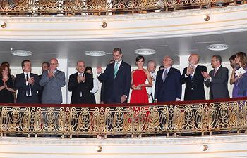 Sus Majestades los Reyes reciben un caluroso aplauso a su llegada al palco para la Gala de Ballet. Foto: Casa de S.M. el Rey