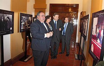 El presidente de las Cortes de C-LM, Vicente Tirado, duran te el recorrido de la Exposición 30 años en imágenes de las Cortes C-LM.