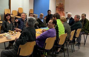 Cañizares participa en un café-coloquio con vecinos de Puerto Lápice.