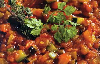El típico pisto manchego es otro de los famosos platos que se pueden degustar en el restaurante Nuestro Bar.