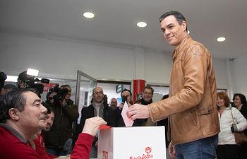 Votación de Pedro Sánchez en la Agrupación Socialista de Pozuelo de Alarcón. Foto: EVA ERCOLANESE