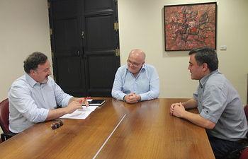 Fotografía de la reunión entre el delegado provincial de la Junta de Comunidades, Pedro Antonio Ruiz Santos; el alcalde de la Entidad Menor de Aguas Nuevas, Juan Cañadas y el concejal de Educación, Cultura y Deportes, Manuel Caulín.