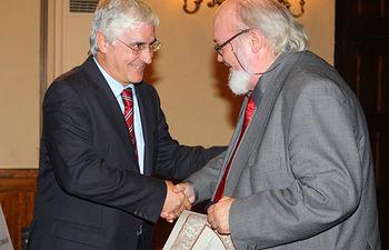 El presidente de Castilla-La Mancha, José María Barreda, con el cineasta José Luis Cuerda, en una imagen de archivo.
