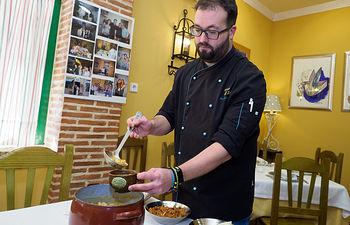 Fernando Fernández, jefe de cocina del Mesón el Sol de Albacete