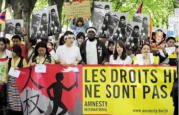 Varias personas demandan una mayor presión por parte de las instituciones europeas para el respeto de los Derechos Humanos. EFE