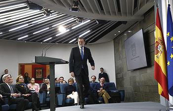 El presidente del Gobierno, Mariano Rajoy, a su llegada a la sala de prensa donde valorará los resultados de las elecciones autonómicas celebradas ayer en Cataluña.