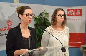 Lucía de Luz (i), acompañada por la secretaria general de la Comisión Ejecutiva de la Agrupación Local del PSOE de la capital, Sara Simón.