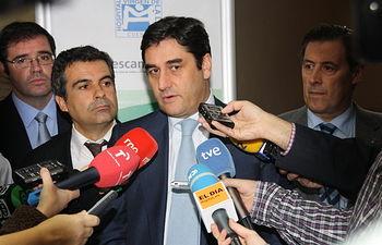 Echániz atiende a los medios de comunicación