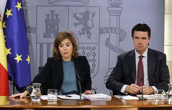 La vicepresidenta del Gobierno, ministra de la Presidencia y portavoz del Gobierno de España, Soraya Sáenz de Santamaría y el ministro de Industria, Energía y Turismo, José Manuel Soria, en la rueda de prensa posterior al Consejo de Ministros.
