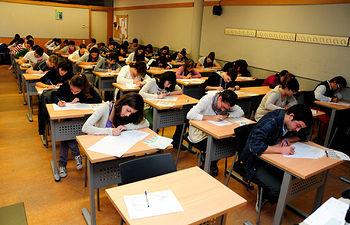 Un grupo de alumnos en el Campus de Cuenca, durante la pasada Selectividad.