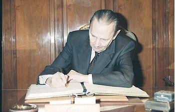 Buero Vallejo firmando el Libro de Oro de Diputación de Guadalajara.