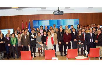 El director gerente del SESCAM, Ramón Gálvez (6i), junto a los profesionales que han participado esta semana en Toledo la primera reunión de la Red de Unidades de Cirugía Mayor Ambulatoria y Sin Ingreso.