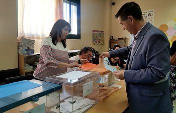 Santiago Cabañero ejerce su derecho a voto. Elecciones 26M.