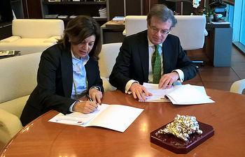 El rector y la directora general de RTVCM durante la firma de los convenios.