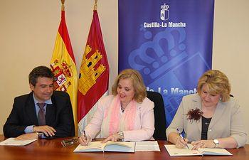 Novillo durante la firma del convenio entre el Instituto de la Mujer y la UCLM. Foto: JCCM.