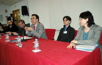 Jose María Menéndez, centro, inaugura el congreso sobre procesos de identificación.