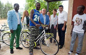 """Usuario del Centro de Acogida Temporal """"El Pasico"""" junto a su nueva bicicleta."""