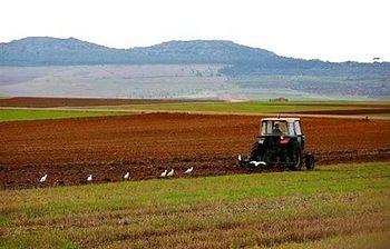 Agricultor trabajando con su tractor