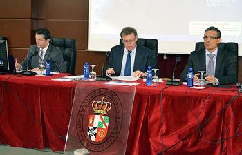El rector (centro), el secretario general (izquierda) y el vicerrector de Profesorado