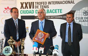 El presidente de Castilla-La Mancha, José María Barreda, recibe una placa conmemorativa del XXV Aniversario del Trofeo de Tenis Ciudad de Albacete, hoy, durante la celebración de la final del torneo.