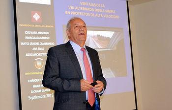 El profesor Enrique Castillo, durante su conferencia en la Escuela de Caminos