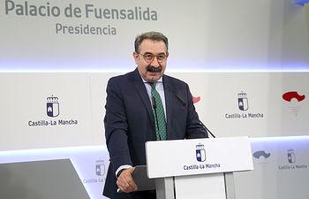 El consejero de Sanidad, Jesús Fernández Sanz, informa de los acuerdos del Consejo de Gobierno relacionados con su departamento en el Palacio de Fuensalida. (Foto: Álvaro Ruiz // JCCM)