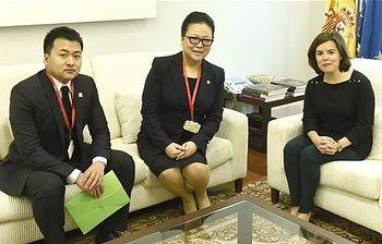 Soraya Sáenz de Santamaría junto Liu Tian Ao y Li Zongmin (Foto: Pool Moncloa)