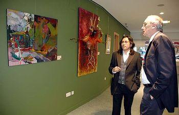 El artista José Carlos Boyer y el director de la Fundación General de la UCLM, Eliseo Cuadrao, recorren la exposición.