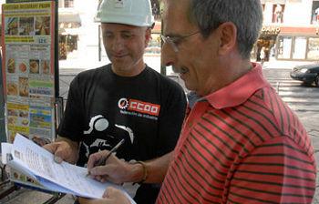 Ramón Górriz firmando el escrito de apoyo a los mineros