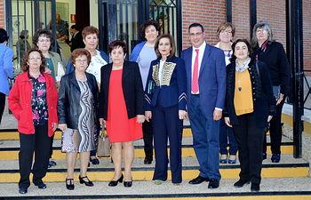 Mujeres de AFAMMER junto con el alcalde Manuel Borja.