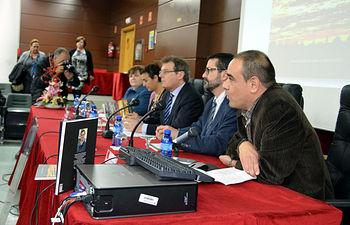 En primer término, el coordinador de la obra, Óscar Fernández, en la mesa