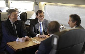 El presidente del Gobierno, Mariano Rajoy, acompañado por el ministro de Fomento, Iñigo de la Serna, y del presidente de la Generalitat Valenciana, Ximo Puig, durante el trayecto en el tren de Alta Velocidad que los traslada a Castellón.