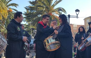 Santiago Cabañero participó junto al alcalde hellinero en el acto de entrega del Tamborilero del Año