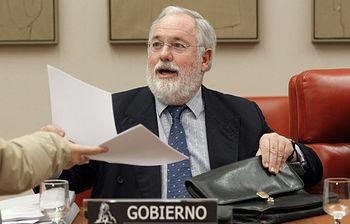Miguel Arias Cañete durante su comparecencia en la Comisión de Agricultura, Alimentación y Medio Ambiente del Congreso (foto: EFE)