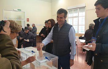 Antonio Román ejerce su derecho al voto. 10N.