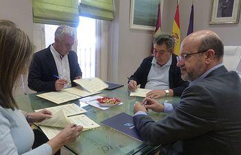Firma convenios CD Azuqueca y Marchamalo fútbol.