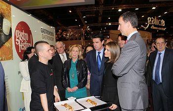 Sus Altezas Reales los Príncipes de Asturias conversan con el chef David Muñoz durante su recorrido por la Feria Internacional de Turismo-FITUR. ©Casa de S.M. el Rey / Borja Fotógrafos