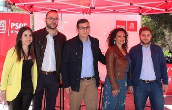 Las Juventudes Socialistas hacen campaña en el Mercado de Almansa